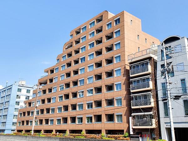 優しい褐色タイルに包まれた外観ときめ細やかなデザインが建物全体の質感を高めています。