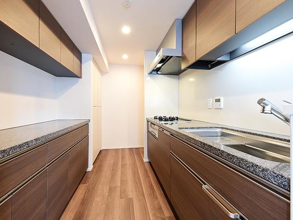 天然御影石カウンタートップが美しいフラットカウンター形状のキッチン!