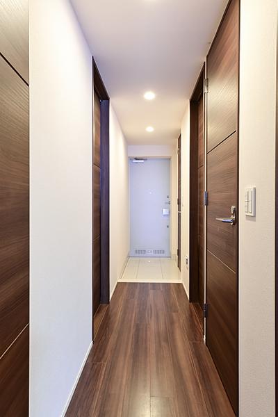 下足入れと別に、玄関すぐの廊下収納があり、散らかりやすい玄関もすっきりと片づけられます