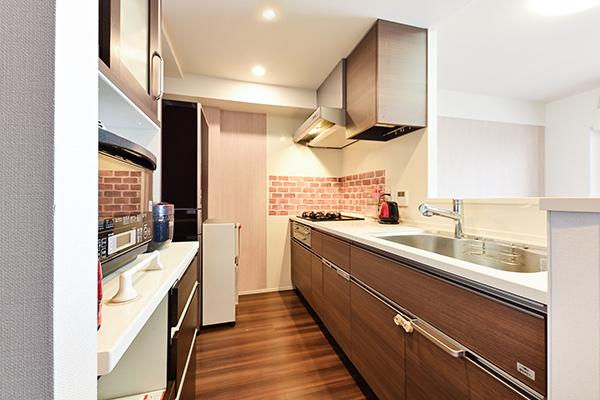 キッチンは、リビングと洗面室へ2WAYアクセスで便利な家事動線