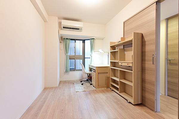 リビングと隣り合う洋室とウォークスルークローゼットで繋がっており、便利な家事動線です
