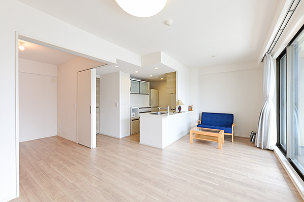 リビングと隣り合う洋室の戸を開放することで、ひと続きの空間として広々とお使い頂けます
