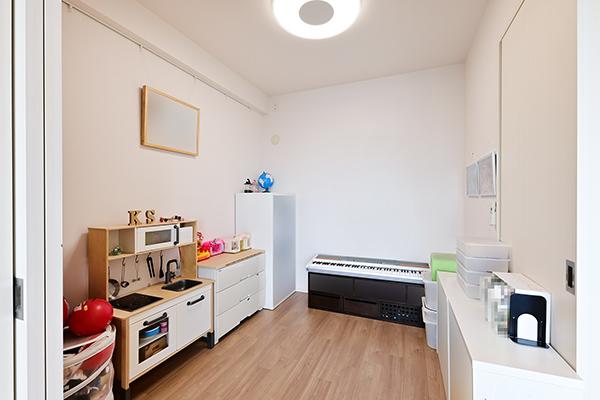 約4.5帖の洋室。書斎や小さなお子様のプレイルームなど、用途は様々です。