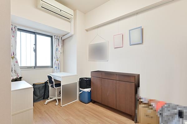 約5帖の洋室。収納もありますので、子供部屋としてなどおすすめです。