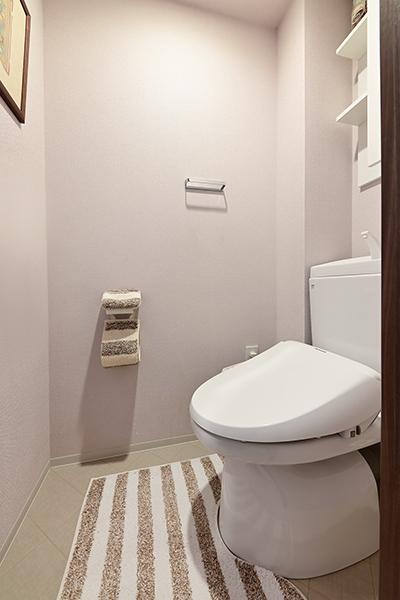 トイレには清掃性に優れた新「ステンレスノズル」採用の温水洗浄便座を装備。