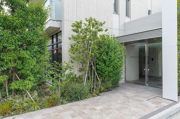 ベージュを基調とした外壁タイルとガラス手摺を採用し、爽やかさと心地よさを演出した外観デザインです。