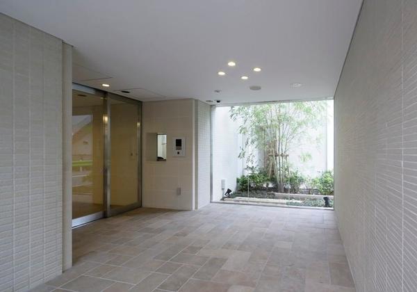 風除室、エントランスホール、各住戸の玄関。3箇所のセキュリティで防犯性を高めています。