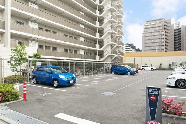 安全な歩車分離設計とした上で、車の出し入れがしやすい平置駐車場!