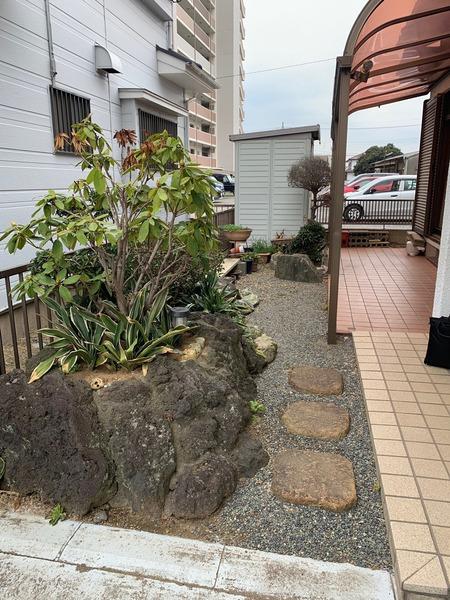 庭石(駐車スペースの後ろ)