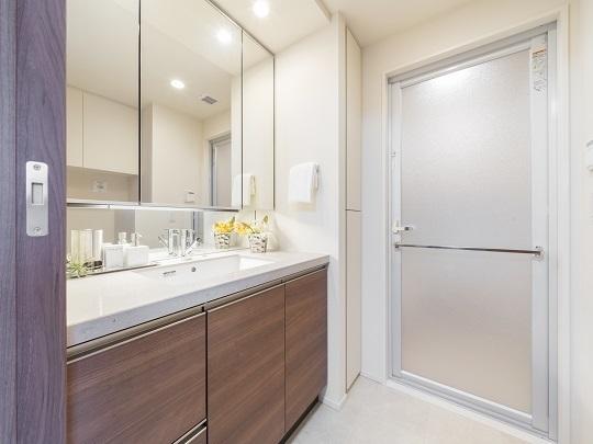 洗面台。三面鏡の裏は、洗面室周りで使用している小物の収納スペースがございます。