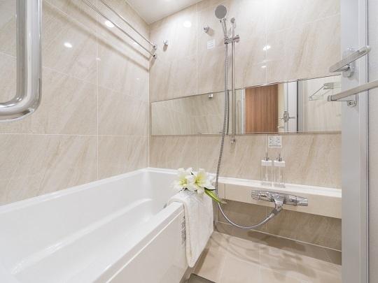 浴室には入る人に優しい手すり付き。浴室換気乾燥機は雨の日の洗濯にも便利です。