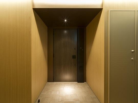 玄関部分。ホテルライクな内廊下設計。