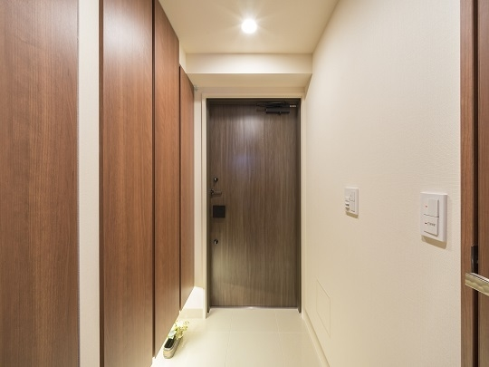 玄関。玄関脇にはトランクルームもあり、アウトドア用品の収納にも便利です。