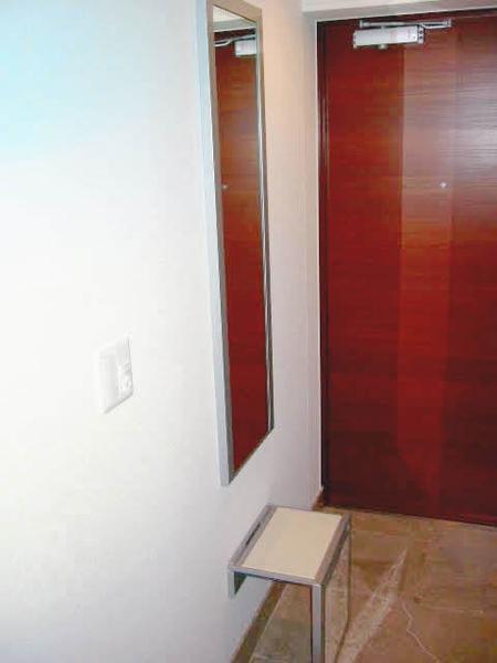 玄関部分には折り畳み式の補助チェアがございます