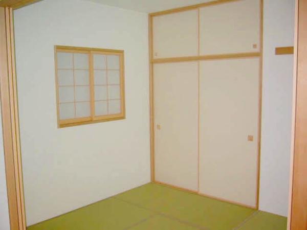 約4.5帖の和室・窓がある為通風良好・押入れもございます