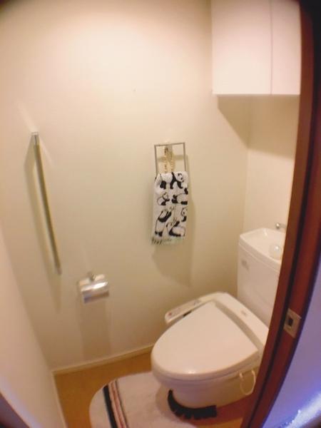 吊戸や取手付きの温水洗浄便座つきトイレ