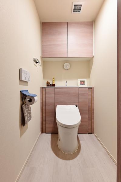 【トイレ】節水型の多機能タンクレストイレ・収納がございます