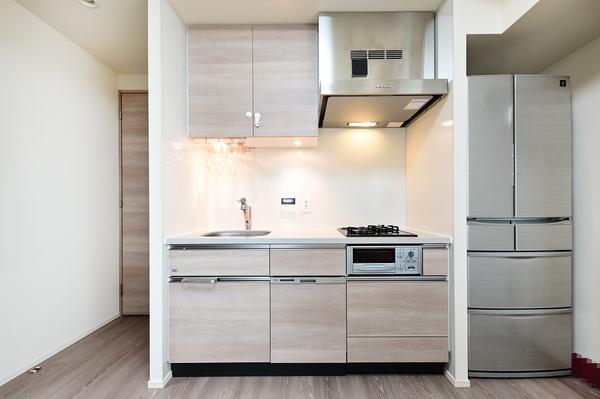 【キッチン】収納豊富なキッチンに食器洗浄乾燥機や水栓一体型の浄水器等設備が充実しています