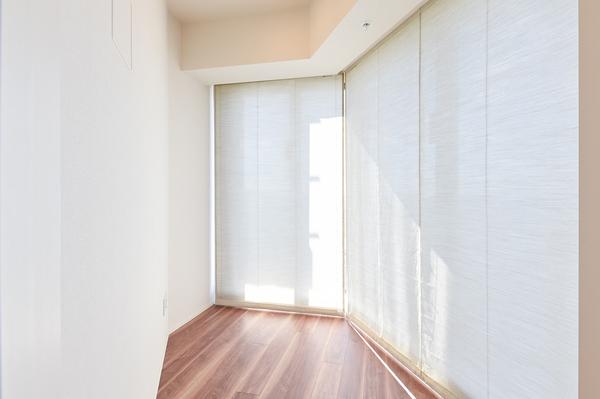 ブラインドカーテンを閉めれば、荷物の日焼け予防にもなります。