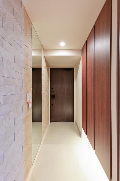 玄関にはエコカラットを採用。デザイン性に優れているだけでなく、湿気を調節し室内を快適に保ちます。