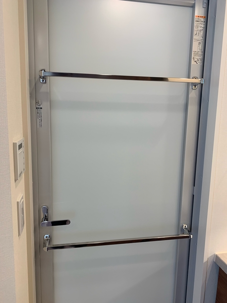 浴室の扉には強化ガラスを採用。デザイン性&安全性良好です。