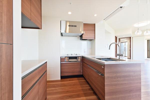 対面式を採用したL字型キッチンには、食洗器・浄水器一体型混合水栓・ディスポーザーなどの機能を搭載。