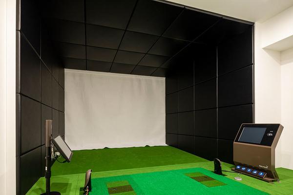スクリーンにゴルフコースを映し出し、実際にプレーしているような気分を味わえます。