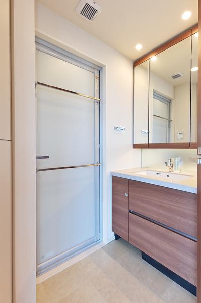 デザイン性だけでなく、お手入れの手間を軽減する洗面ボウル一体型カウンターを採用した独立洗面化粧台。