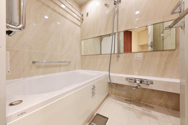 高級感ある人造大理石製の保温浴槽をはじめ、浴室暖房乾燥機やフルオートバス機能など高機能な設備。