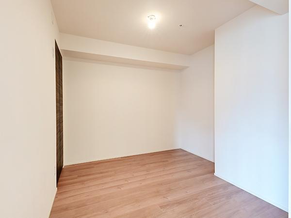 約5帖洋室・家具の配置がしやすいすっきりとした洋室