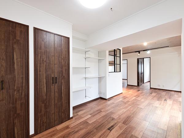 リビングには収納や高さ調節が可能な棚がございます