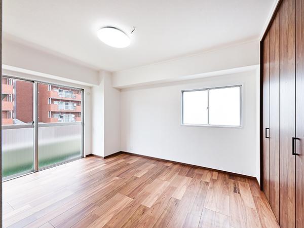 約7.7帖の広々とした洋室・2方向に窓があり採光良好です