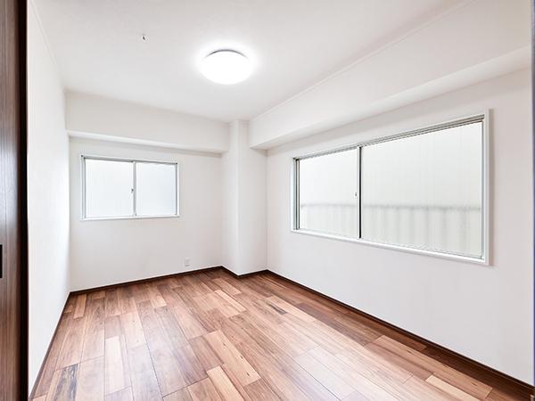 約6.3帖の洋室・角部屋につき2方向に窓がございます