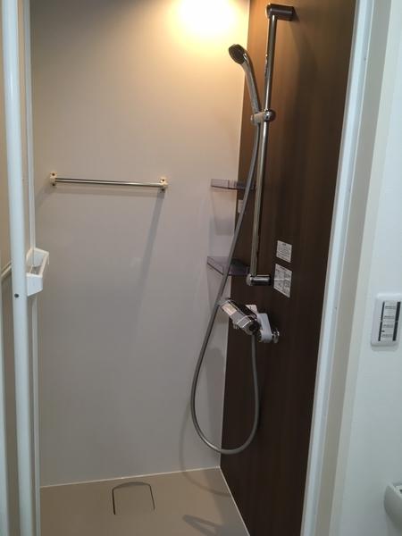 【シャワー室】タオル掛けを備えたシャワー室