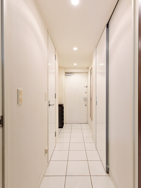 【玄関】玄関にはSICを設置。納戸も兼ね備えており、靴はもちろん大きな荷物も収納可能