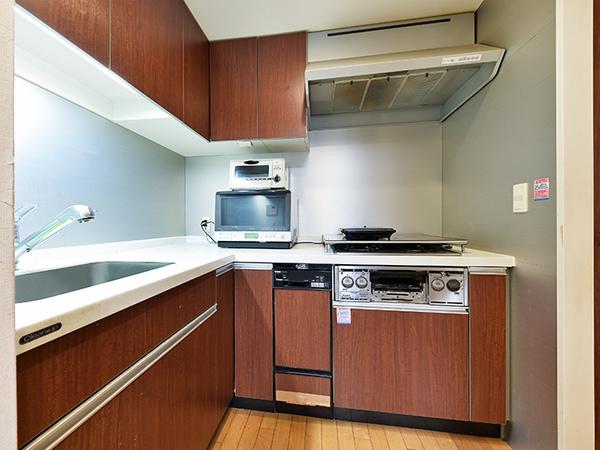 【キッチン】使い勝手の良いL字型システムキッチンを採用。浄水器内蔵のシングルレバー混合水栓を搭載
