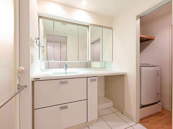 【洗面室】ワイドミラーを備えた独立洗面化粧台。洗面ボウル一体型カウンターを採用、お手入れの手間も軽減
