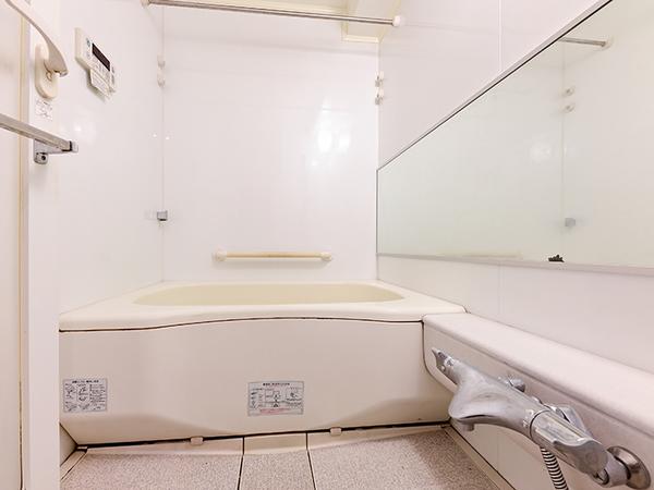 【浴室】浴室暖房乾燥機付フルオートバス・手すりがあり、お子様からご高齢の方まで安全にご使用頂けます