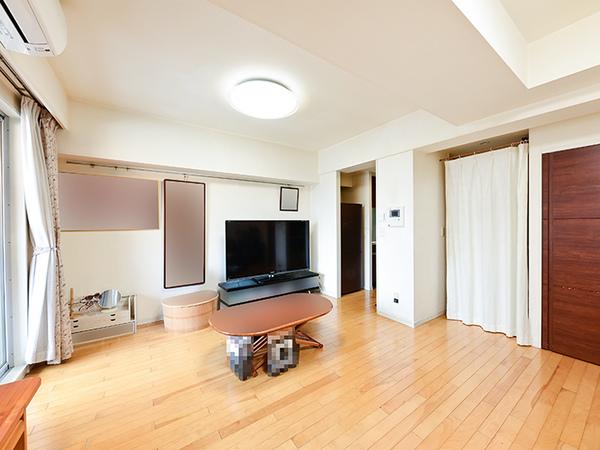 【洋室約14.5帖】足元から均一にお部屋を暖める床暖房を設置。埃を巻き上げずクリーンな室内を保ちます