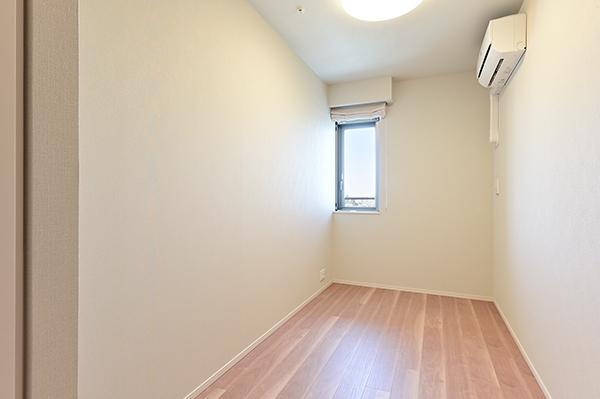 【洋室】約5帖の洋室・リビング横の洋室・エアコン完備・収納もございます