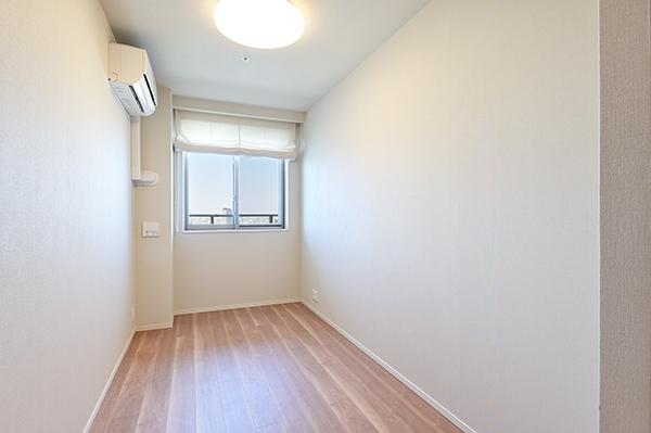 【洋室】約5帖の洋室・エアコン完備・家具の配置しやすい作りとなっております