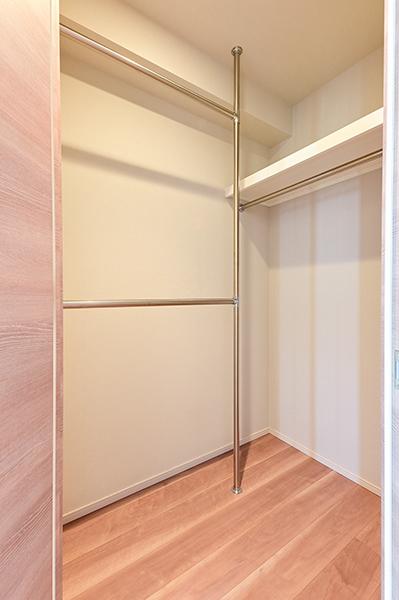 【収納】約6.7帖洋室のウォークインクローゼット・上部に棚もございます
