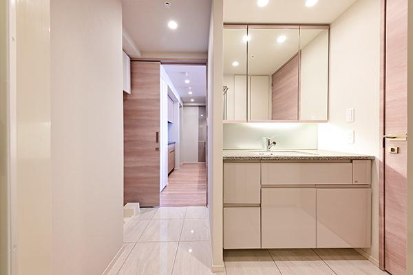 【洗面所】廊下とキッチンのどちらからでも入れる便利な2WAY動線の洗面所