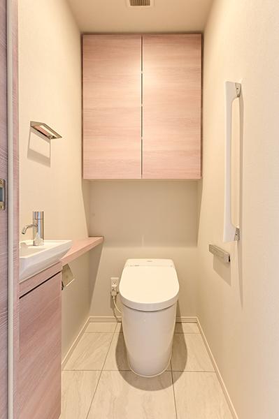 【トイレ】専用手洗い場付きの温水洗浄便座付きトイレ・大きめの吊戸棚がございます