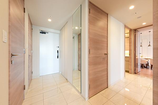【玄関】玄関にはSICの他に下足入れも有・また廊下には約0.7帖の収納もございます