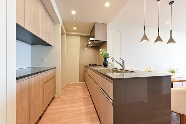 【キッチン】パントリー付き対面式カウンターキッチン・食洗器・ディスポーザーなど充実の設備
