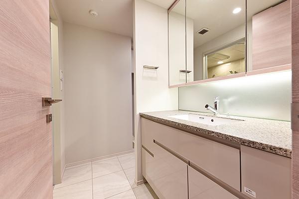 【洗面所】鏡面裏シンク下収納の他リネン庫もございます