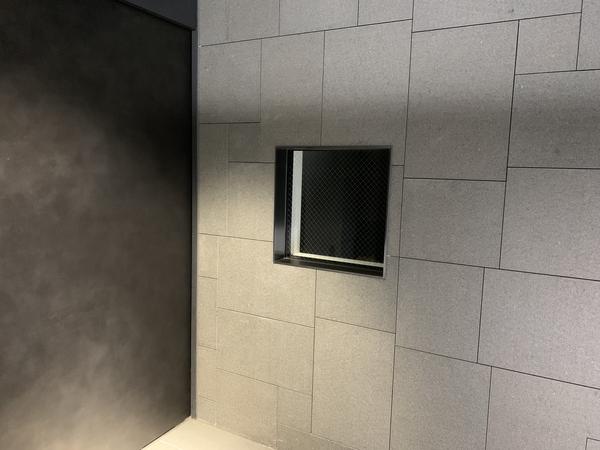 【管理員室】エントランス脇の管理員室窓