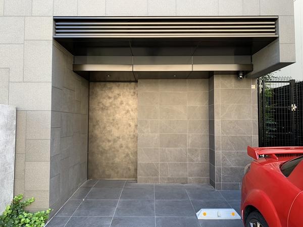 【エントランスファサード】スタイリッシュなオートドアです