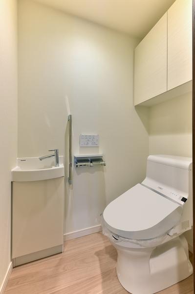 上部吊り戸、手洗いカウンター付トイレ